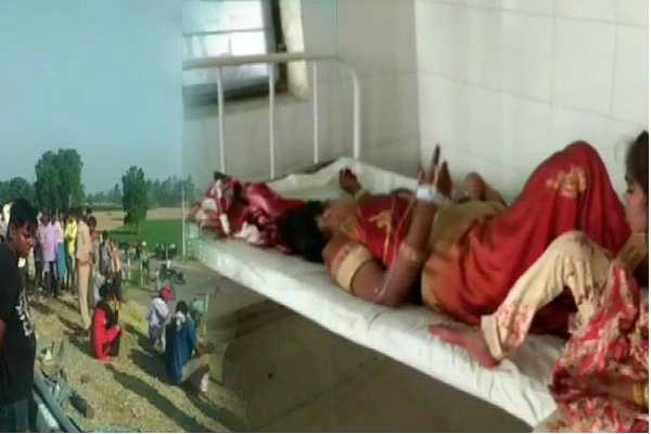 up-5-dead-over-30-injured-after-bus-rams-into-tractor-trolley-on-lucknow-agra-expressway