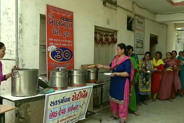 gujarat-roti-bank-provides-food-to-patients-in-hospitals-the-needy-in-the-city