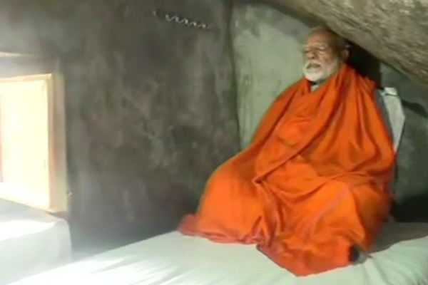 modi-meditation-at-holy-cave-in-uttrakandh