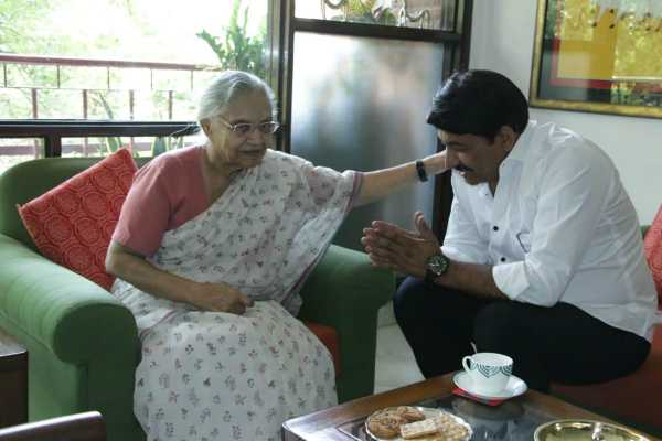 delhi-bjp-chief-manoj-tiwari-met-delhi-congress-chief-sheila-dikshit-today-and-sought-her-blessings