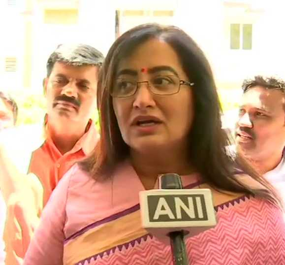 mandya-mp-sumalatha-ambareesh-meets-bjp-leader-sm-krishna