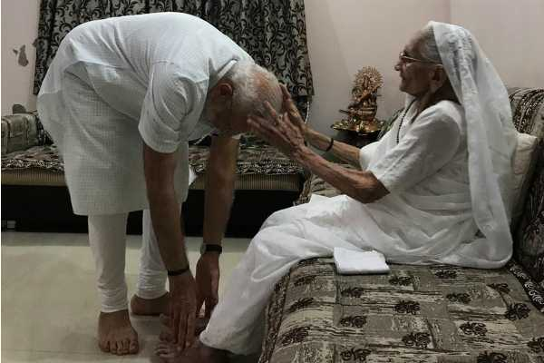 prime-minister-narendra-modi-has-received-blessings-from-his-mother