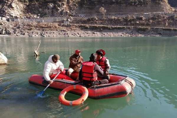 kashmiri-guide-dies-while-saving-7-tourists-after-their-boat-capsized