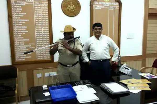 karnataka-cop-turns-lathi-into-flute-to-play-folk-songs