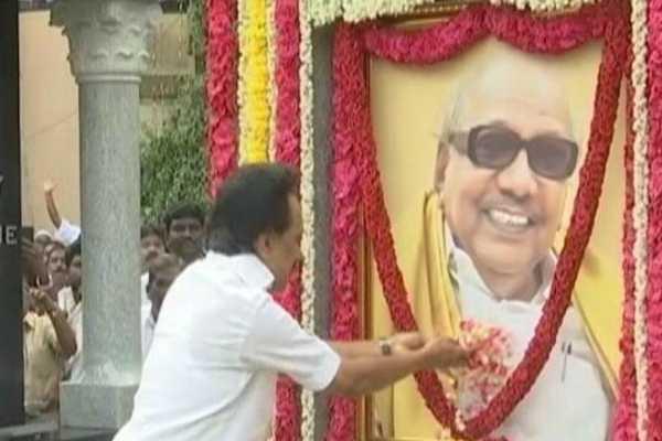 mk-stalin-pays-his-tributes-to-karunanidhi