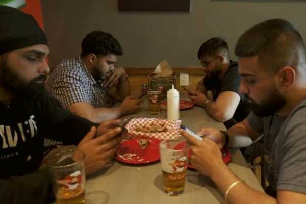 us-restaurant-offers-free-pizzas-for-locking-phones-away-while-eating