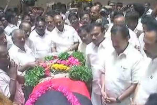 mk-stalin-pays-his-tributes-to-dmk-mla