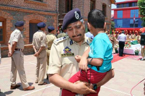 policeman-carrying-killed-cop-s-4-year-old-son-breaks-down-during-homage