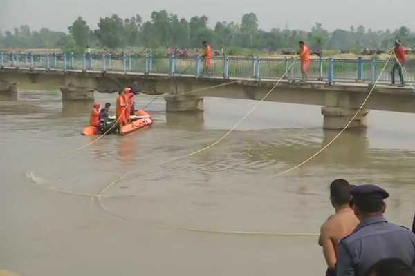 up-7-children-feared-drowned-after-van-falls-into-canal