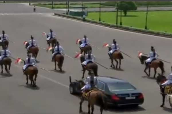 the-president-went-to-parliament-by-cavalry-parade