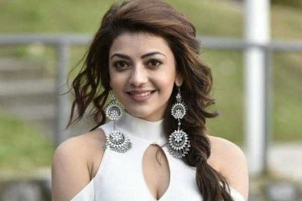 kajal-aggarwal-play-with-giraffe