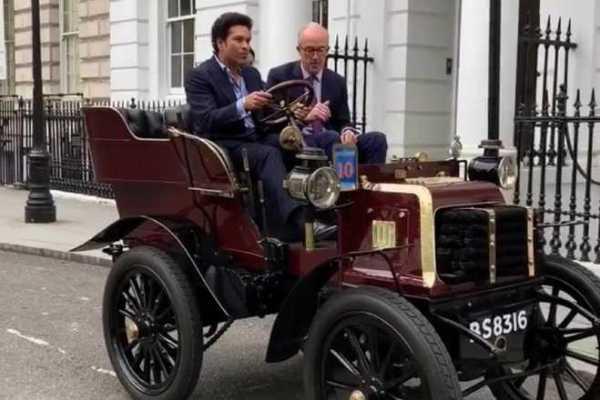 cricketer-sachin-tendulkar-drives-119-year-old-car-in-london-video-viral