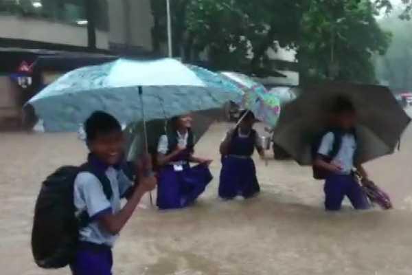 heavy-rain-lashes-mumbai-road-train-traffic-disturbed