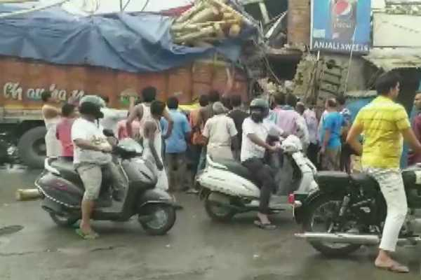 uttarpradesh-a-truck-rammed-into-wall-of-a-sweet-shop-in-utrethia-today-2-dead