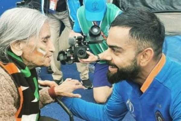 wcc2019-virat-kohli-s-photo-with-the-87-year-old-indian-fan