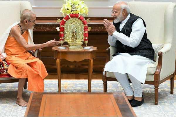 prime-minister-narendra-modi-met-sri-vishvesha-teertha-swamiji-of-the-pejawara-matha-udupi