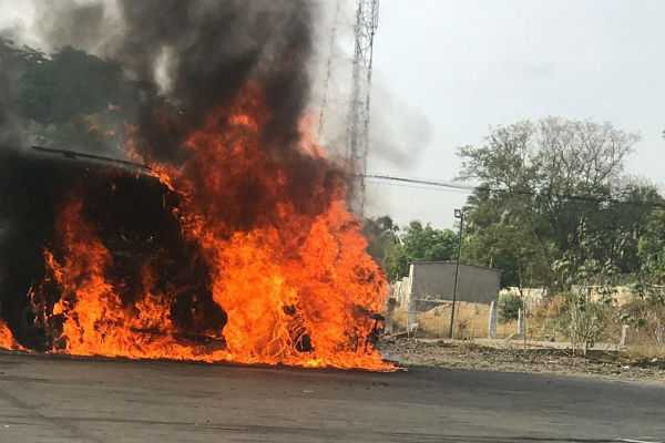 sudden-fire-in-a-car-on-the-road