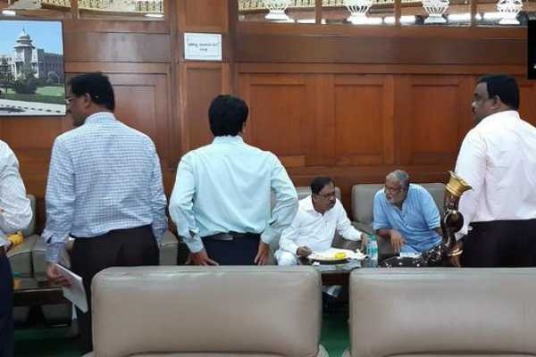 karnataka-deputy-chief-minister-g-parameshwara-eating-breakfast-with-bjp-mla-suresh-kumar-at-vidhana-soudha-in-bengaluru