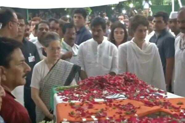 sonia-priyanka-gandhi-pay-tributes-to-sheila-dikshit-last-rites-today