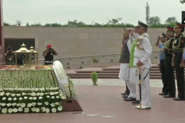 defence-minister-rajnathsingh-pay-homage-to-kargil-martyrs-at-national-war-memorial-delhi
