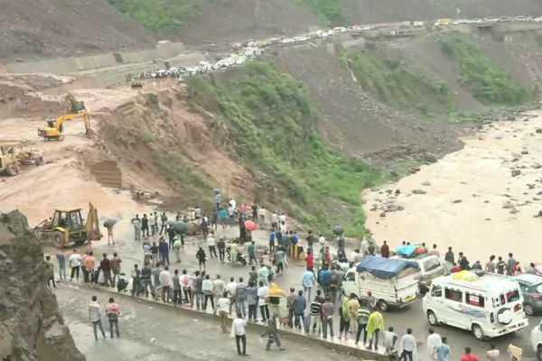 landslide-traffic-jam-in-jammu-srinagar-highway