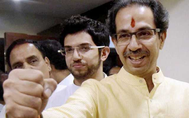 uddhav-gives-sweets-to-shiv-sena-party-mens-for-kashmir-issue