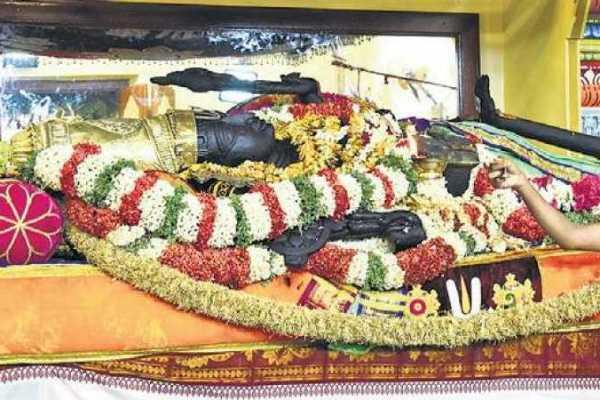 kumarasamy-visits-kanchipuram-for-athivaradhar-darshan