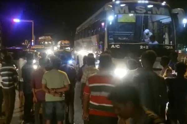 travelers-involved-in-road-blockade-in-trichy
