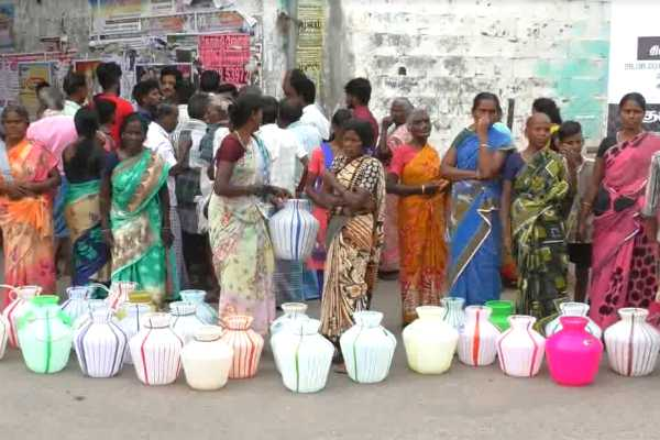 people-trying-to-protest-in-manapparai