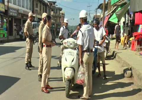 manipur-cops-give-sweets-to-people-riding-without-helmet