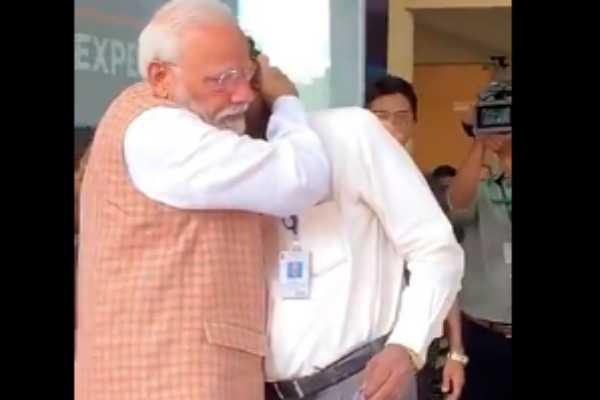 pm-narendra-modi-hugged-and-consoled-isro-chief-k-sivan