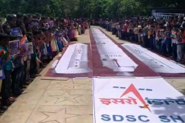 school-children-praying-for-chandrayaan-spaceship-success