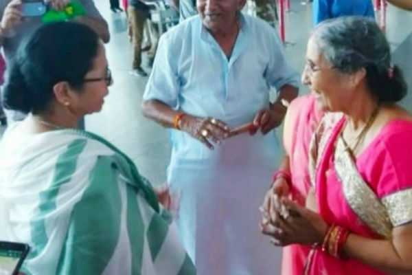 mamata-banerjee-meets-pm-s-wife-at-kolkata-airport