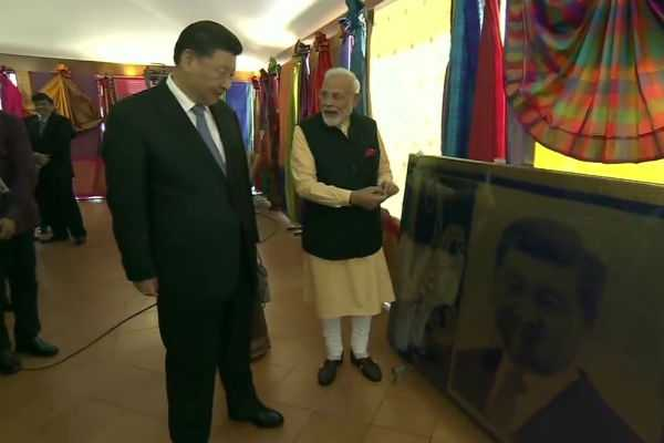 pm-narendra-modi-and-chinese-president-xi-jinping-at-an-exhibition-on-artefacts-and-handloom