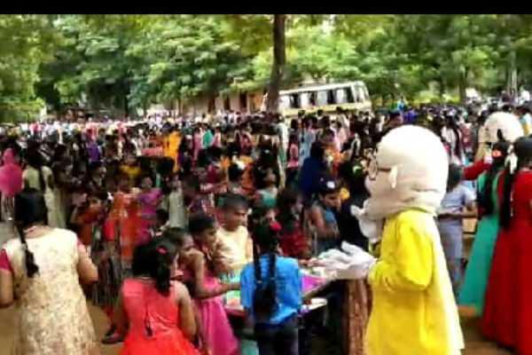 schoolchildren-celebrating-diwali-in-kumbakonam
