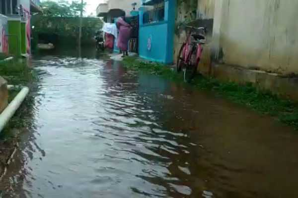 heavy-rain-rain-water-that-breaks-the-pond-and-enters-the-houses