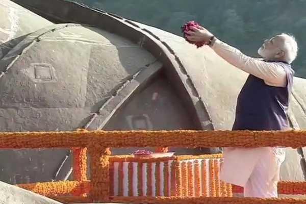 prime-minister-narendra-modi-pays-tribute-to-sardar-vallabhbhai-patel-statue