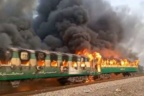 pakistan-10-people-killed-30-injured-in-fire-in-tezgam-express-train