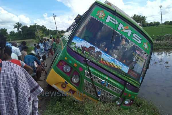 kumbakonam-mini-bus-toppled-in-the-field