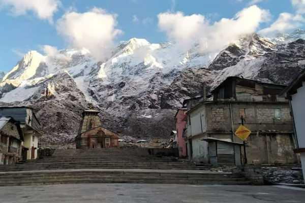 snowfall-at-mountains-around-the-kedarnath-temple
