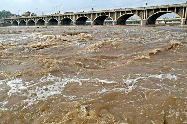 madurai-vehicles-blocked-at-simmakkal-stone-bridge