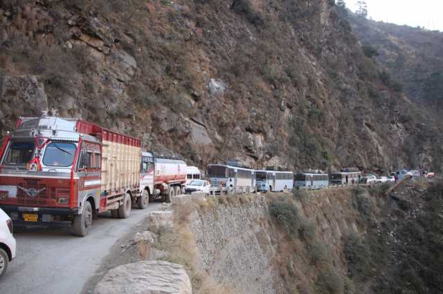 thousands-stranded-as-fresh-landslide-blocks-jammu-srinagar-highway