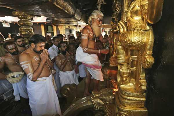 priests-open-sanctum-sanctorum-of-sabarimala-temple-10-women-devotees-sent-back