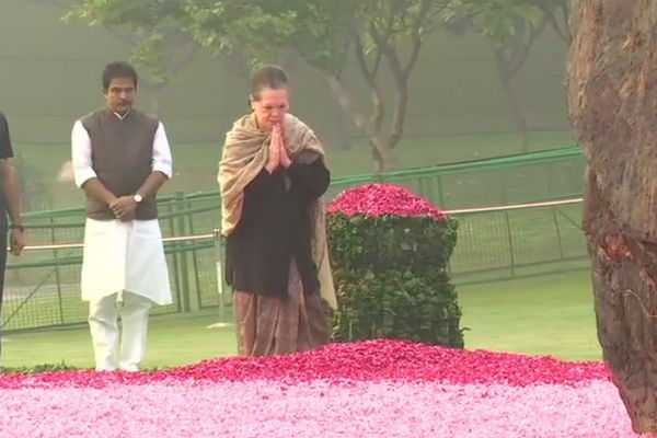leaders-pay-floral-tribute-to-former-prime-minister-indira-gandhi-on-her-birth-anniversary