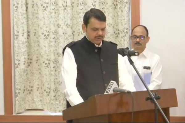devendra-fadnavis-takes-oath-as-maharashtra-chief-minister
