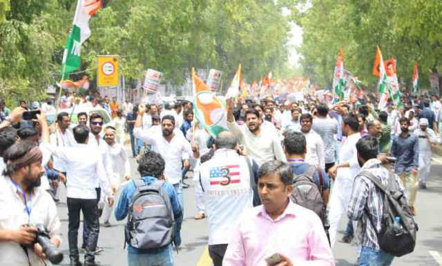 youth-congress-workers-are-holding-a-protest-in-delhi-against-the-bjp-led-government
