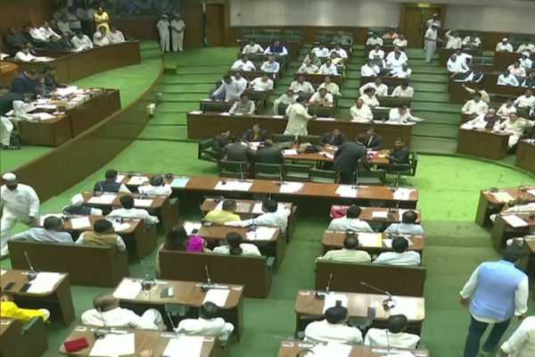 newly-elected-maharashtra-mlas-take-oath-at-the-special-assembly-session