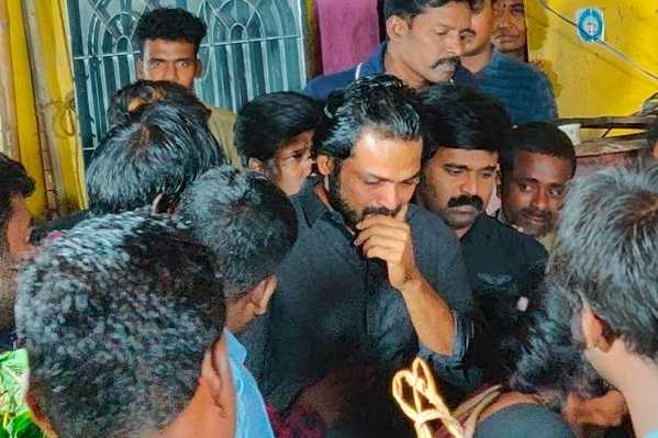 actor-karthi-cries-tears-at-the-fan-s-body