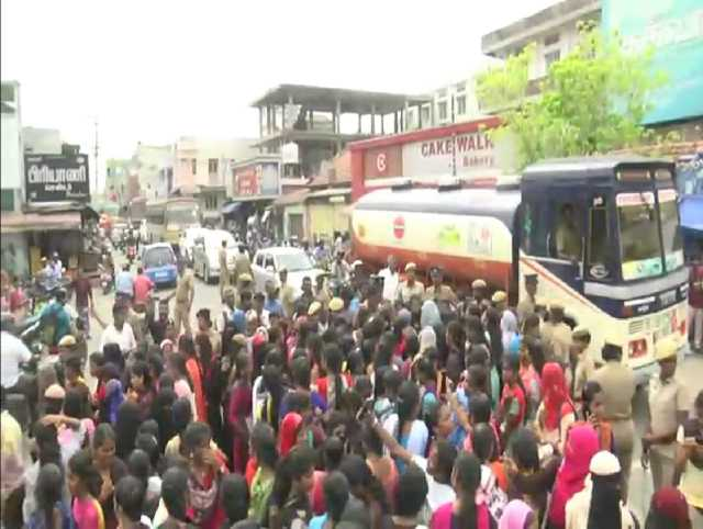 students-protest-for-not-providing-government-laptops