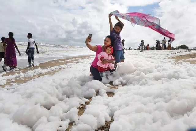 foamy-foam-on-the-merina-beach-people-cheer